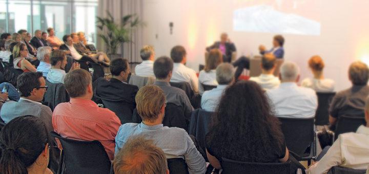 Gäste verfolgen den Vortrag bei Schwäbisch Media.